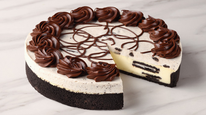 Picture of whole oreo cheesecake with slice taken out